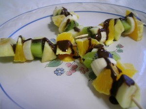 brocheta de frutas y chocolate caliente