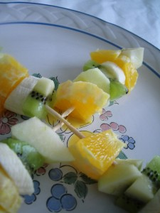 Brocheta de frutas con chocolate caliente